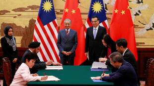 Thủ tướng Malaysia Mahathir Mohamad (T) và đồng nhiệm Trung Quốc Li Keqiang chứng kiến lễ ký kết nhiều văn kiện hợp tác song phương, Bắc Kinh, ngày 20/08/2018