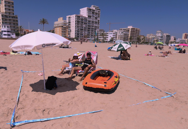 Dos turistas en la playa en Gandía cerca de Valencia, en España, el 1 de julio de 2020