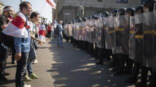 Des manifestatnats biélorusses font face à la police le 30 août 2020.