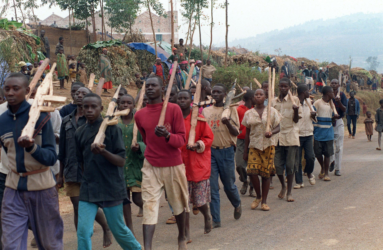 Wanamgambo wa kihutu wakiwa katika mazoezi, julai 27 mwaka 1994 mjini Butare, nchini Rwanda.