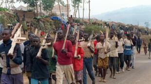 Des miliciens Hutus à l'entraînement, le 27 juillet 1994 à Butare, au Rwanda.
