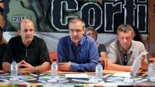 Les principaux dirigeants du groupe nationaliste Corsica Libera (GàD) Pierre Paoli, le dirigeant Jean-Guy Talamoni, et François Sargenti, le 30 juillet 2012 à Ajaccio.