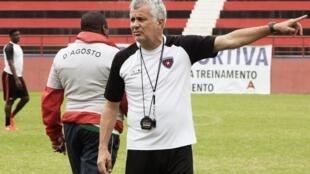 """Zoran Manoljović """"Maki"""", treinador sérvio do 1° de Agosto."""