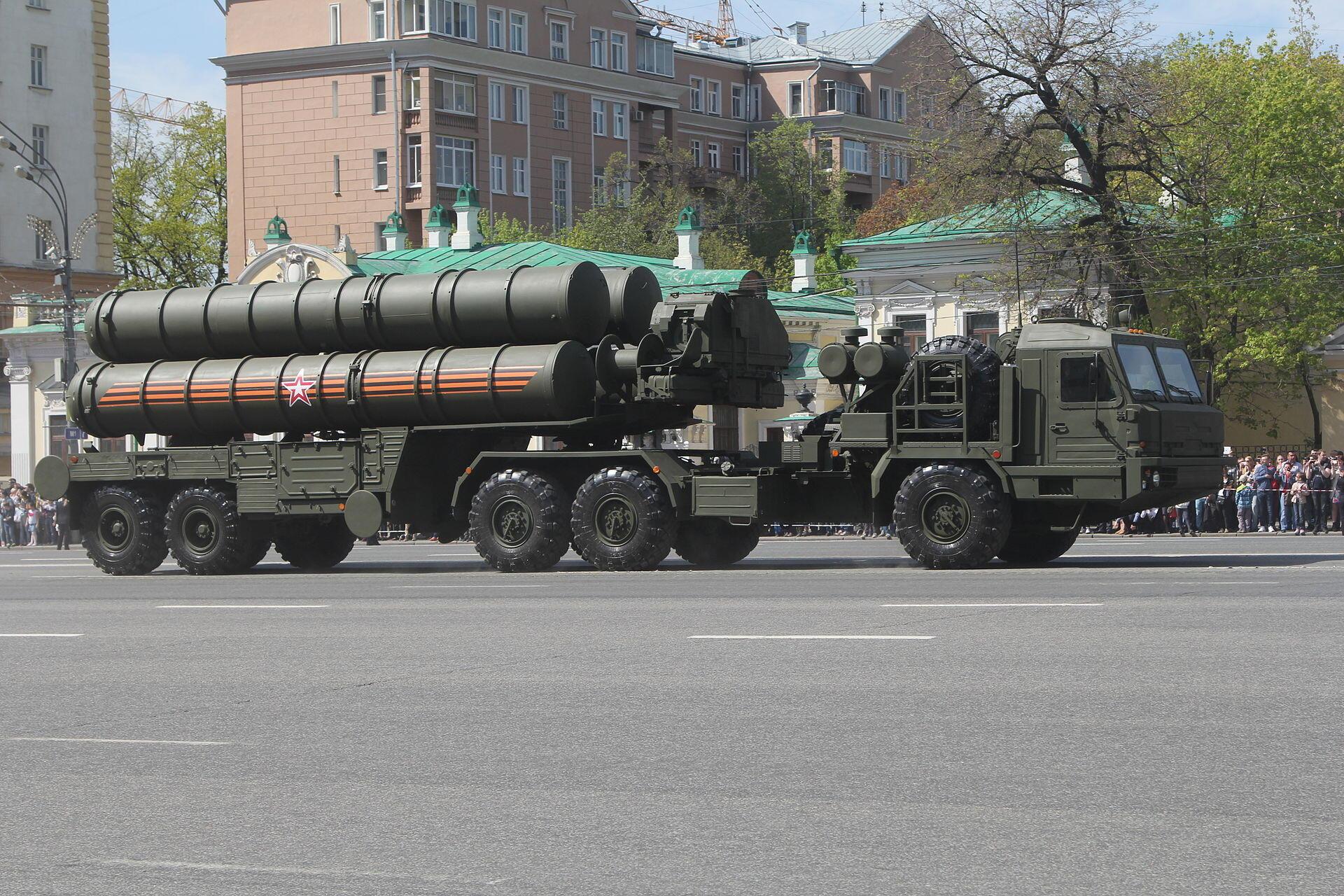 Tên lửa S-400, loại hỏa tiễn Nga bán cho Trung Quốc. Trong ảnh, duyệt binh ngày 09/05/2016.