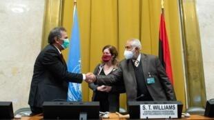 Poignée de mains entre Amhimmid Mohamed Alamam (g.) représentant le camp Haftar, et Ahmed Ali Abushahma du gouvernement d'union nationale. Le 23 octobre à Genève.