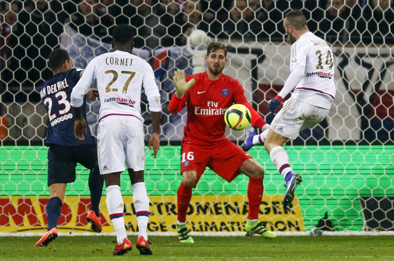 Momento do segundo golo do Lyon apontado pelo espanhol Sergi Darder (direita) frente ao Paris Saint-Germain. O clube parisiense perdeu por 2-1.