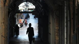Un juif ultraorthodoxe dans les rues de Jérusalem