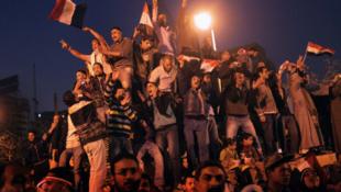 Участники манифестации празднуют победу на площади Тахрир 11 февраля 2011 года.