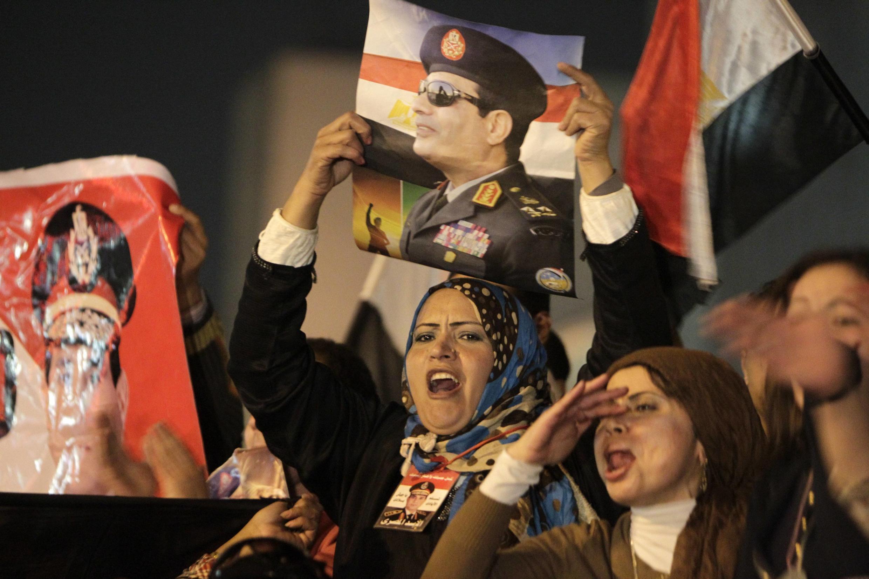 Des partisanes du général al-Sissi fêtent les résultats du référendum, place Tahrir. Le Caire, le 18 janvier 2014.