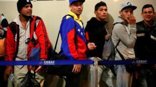 گروهی از مهاجران ونزوئلایی در مرز پرو