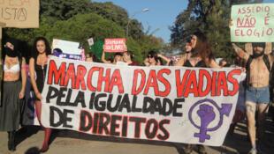 """""""Marcha das vadias"""" por Porto Alegre, em 2013, exige o direito das mulheres sobre próprio corpo"""