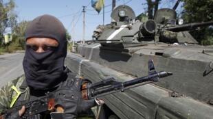 Un militar ucraniano en la frontera ruso-ucraniana en la región de Donetsk, el 15 agosto 2014.