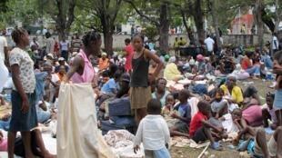 Des sans-abri s'apprêtent à passer la nuit dans un parc de Port-au-Prince, le 13 janvier 2010.