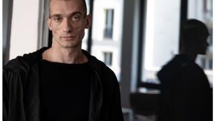 Петр Павленский после освобождения из французской тюрьмы Флери-Мерожис, Париж, 15 сентября 2018