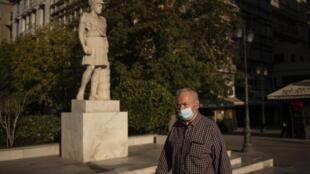 Un homme portant un masque à Athènes, le 24 octobre 2020.
