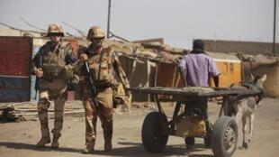 Soldados franceses no mercado de Gao, nove dias depois do local ter sido destruído durante violentos combates entre islâmicos radicais e soldados franceses e malineses.
