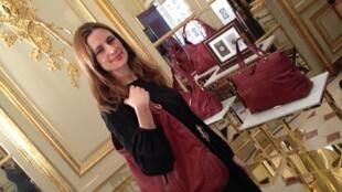 Livia Firth, esposa do ator Colin Firth, posa com as bolsas de couro ecológico brasileiro da Gucci, em 4 de março de 2013.