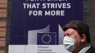 歐盟布魯塞爾總部前的行人
