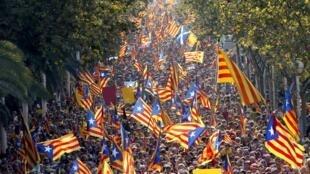 Los separatistas enarbolaron su bandera con la estrella durante la Diada 2014 en Barcelona, el 11 de septiembre de 2014.