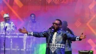 Le chanteur sénégalais Youssou N'Dour lors d'un concert au Palais de la culture à Abidjan le 7 avril 2019.