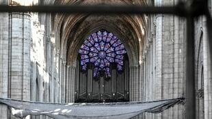 Le grand orgue est photographié lors des travaux préliminaires de la cathédrale Notre-Dame de Paris trois mois après un incendie majeur le 17 juillet 2019 à Paris.