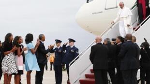 Papa Francisco foi recebido pelo presidente Barack Obama ao desembarcar em Washington.