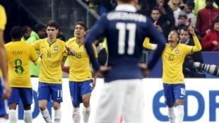 Neymar (à dir.) comemora seu gol contra a França.