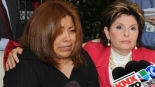 Nicky Diaz Santillan (G), l'ancienne femme de ménage de Meg Whitman, accompagnée de son avocate lors d'une conférence de presse à Los Angeles, en Californie, le 29 septembre 2010.