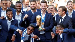 法国总统马克龙在总统府爱丽舍宫为载誉归来的法国蓝举行招待会,并与世界冠军们合影。2018年7月16日