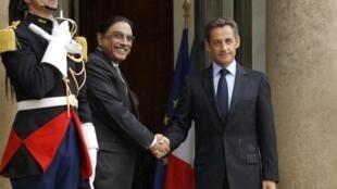 O presidente paquistanês Asif Ali Zardari foi recebido por Nicolas Sarkozy no Palácio do Eliseu.