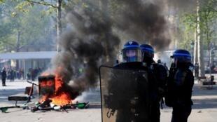 По версии прокуратуры, обвиняемые намеревались устроить взрывы иподжоги. На фото: во время акции  «желтых жилетов» в Париже 20.04.2019