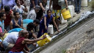 En Caracas, recogiendo agua del contaminado río Guaire, 11 de marzo 2019.
