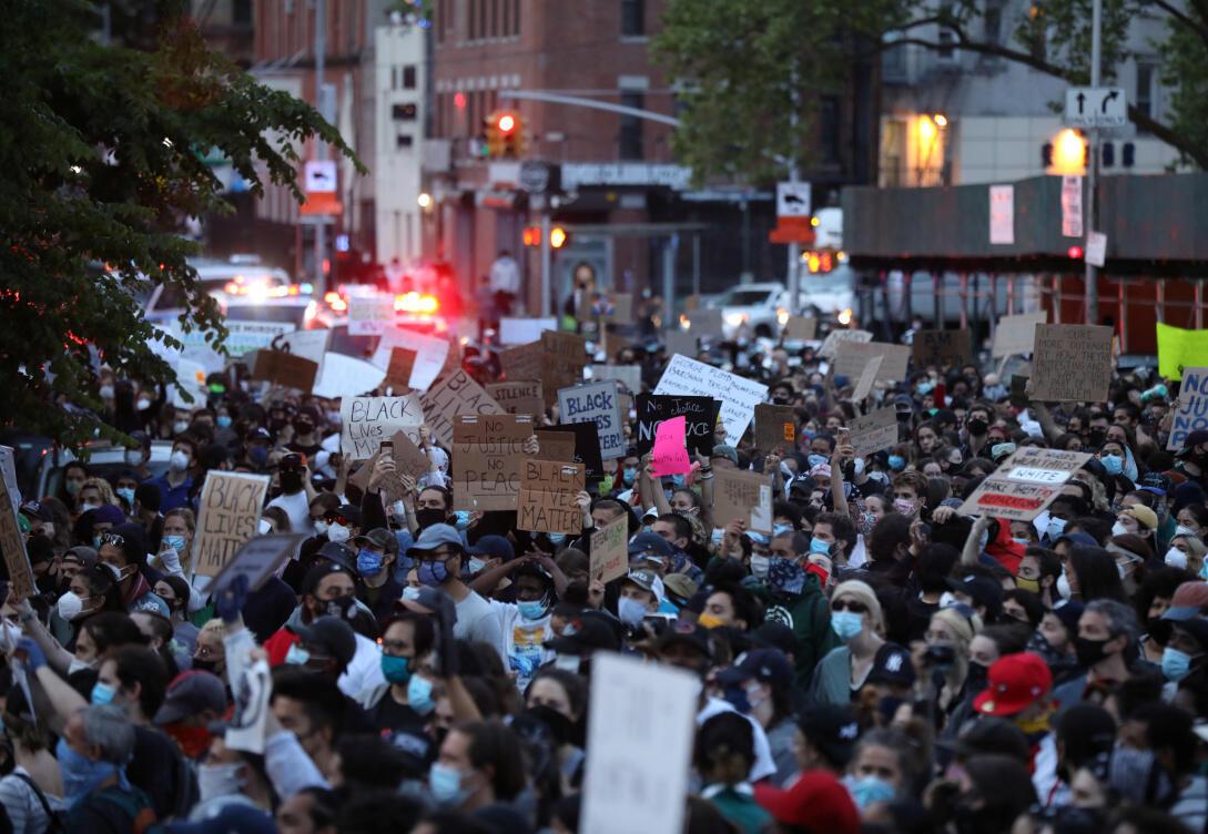 Des manifestants se mobilisent contre la mort lors de la garde à vue de George Floyd à Minneapolis, dans le quartier de Manhattan à New York, États-Unis, le 1er juin 2020.