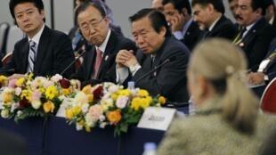 Tokyo, le 8 juillet 2012. A côté du secrétaire général de l'ONU Ban Ki-moon, le ministre des Affaires étrangères japonais Koichiro Gemba (à g.) écoute la secrétaire d'Etat américaine Hillary Clinton.