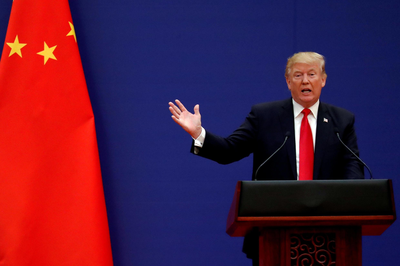 這是特朗普去年11月9日在北京回答媒體問題的情景。他那天說:貿易逆差我不怪北京,怪美國前幾任政府沒有及時管控。