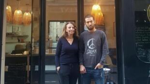 Fatima et Shayan, devant leur restaurant Kabul Kitchen, rue Saint-Sauveur à Paris.