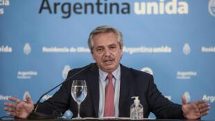 Esta foto publicado por la Oficina de Prensa de la Presidencia de Argentina el 29 de marzo de 2020, muestra al presidente argentino Alberto Fernández haciendo un anuncio.