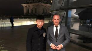 香港社会活动人士黄之峰与德国外长马斯在一起