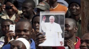 Multidão de fiéis recebe o papa Francisco na favela de Kangemi, no Quênia
