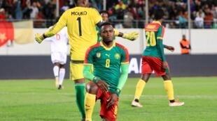 Le Camerounais Patrick Moukoko a un genou à terre.