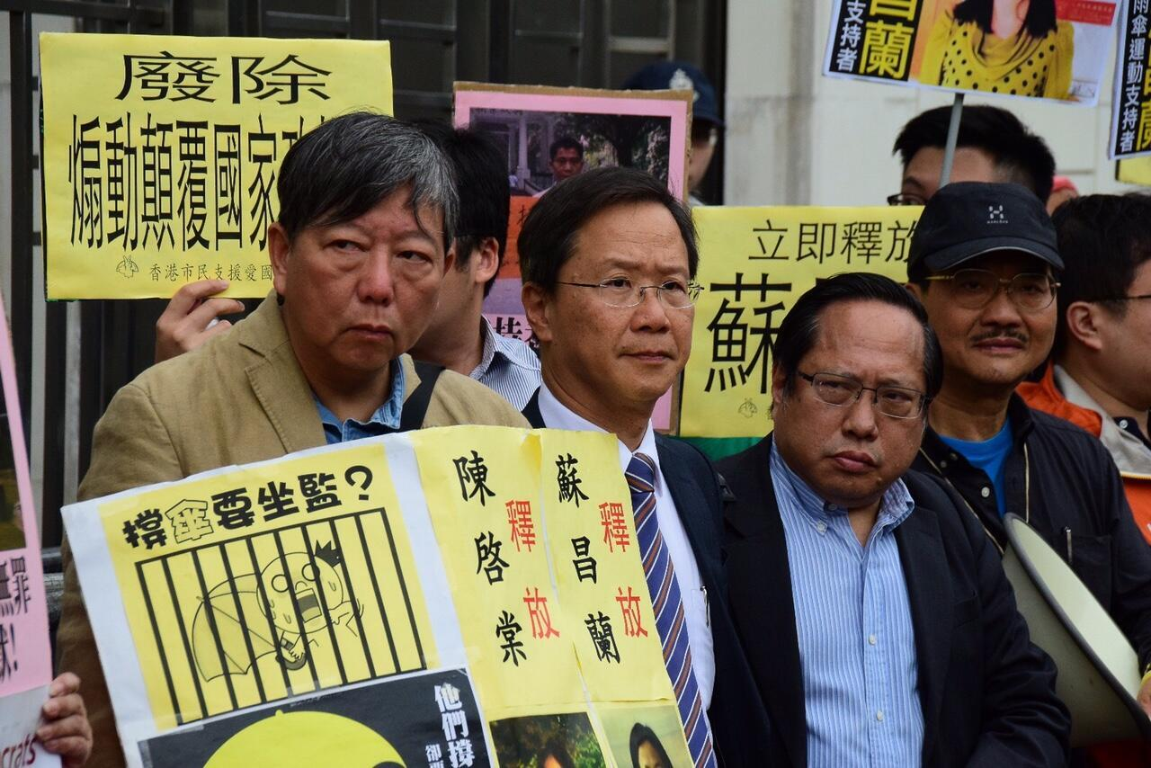 香港支联会和社会民主连线等团体当日到中联办抗议,要求立即释放所有约共十名的声援「雨伞运动」(占领运动的另一名称)人士。