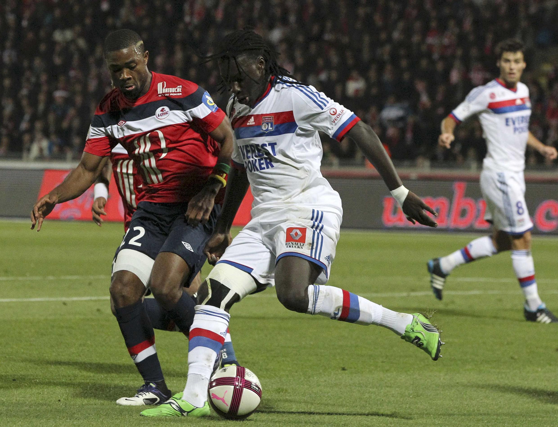 Le Lillois Aurélien Chedjou et le Lyonnais Bafetimbi Gomis lors de Losc-OL.