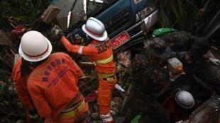 Les secouristes ici dans la ville de Paung, dans État Môn, après des glissements de terrains provoqués par les fortes pluies.