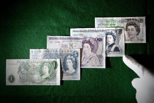Cédulas da libra esterlina com a efígie da rainha Elizabeth II.