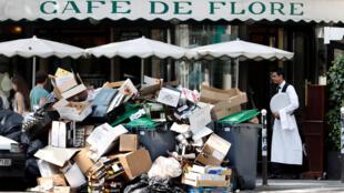 Em frente ao famoso Café de Flore, o lixo se amontoa por causa da greve dos lixeiros na capital francesa.