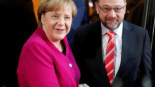 A chanceler alemã, Angela Merkel, e o presidente do Partido Social Democrata, Martin Schulz, neste domingo (7), em Berlim.