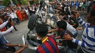 Voiture de police saccagée lors d'un clash après le scrutin à Phnom Penh, le 28 juillet 2013.