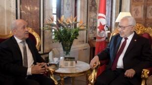Le ministre français des Affaires étrangères, Jean-Yves Le Drian, s'est entretenu avec le président du Parlement tunisien, Rached Ghannouchi, à Tunis, le 9 janvier 2020.