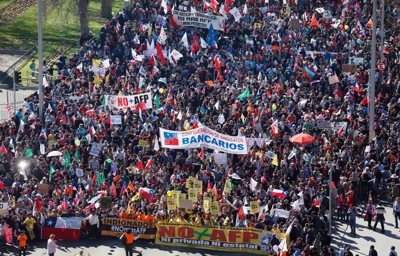 Milhares de chilenos se mobilizaram neste domingo contra o sistema de aposentadorias.
