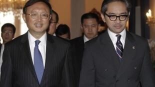 Ngoại trưởng Trung Quốc Dương Khiết Trì (trái) và người đồng nhiệm Indonesia Marty Natalegawa (phải) tại Bộ Ngoại giao ở Jakarta ngày 10/08/2012.